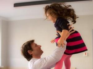 Ein Vater spielt mit seiner Tochter in der Pause des Seminars von Dipl.-Psych. Anna-Maria Steyer für Eltern von Kindern mit Down-Syndrom in Weimar 2015